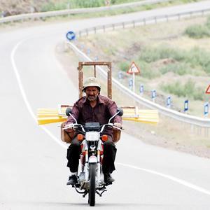نمایی از فیلم «آواز گنجشک ها» با بازی رضا ناجی