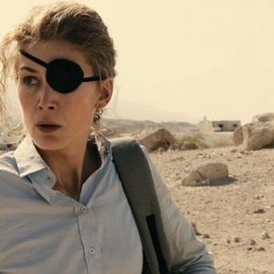 رزاموند پایک در نمایی از فیلم سینمایی «جنگ خصوصی» (A Private War)