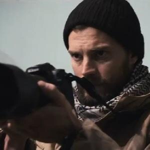 جیمی دورنان در نمایی از فیلم سینمایی «جنگ خصوصی» (A Private War)