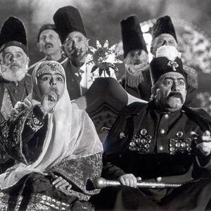 ماهایا پطروسیان و عزت الله انتظامی در فیلم «ناصرالدین شاه آکتور سینما»