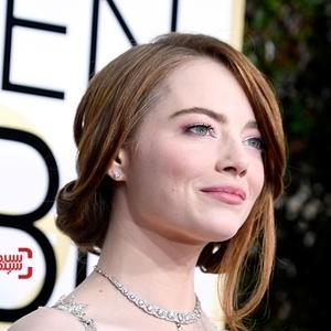 اما استون برنده بهترین بازیگر زن کمدی/موزیکال برای فیلم«سرزمین لالا»(La La Land) در فرش قرمز گلدن گلوب