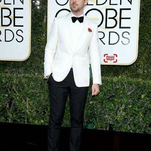رایان گاسلینگ برنده بهترین بازیگر مرد کمدی/موزیکال برای فیلم«سرزمین لالا»(La La Land) در فرش قرمز گلدن گلوب