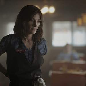 جولیا رابرتز در نمایی از سریال «بازگشت به خانه» (Homecoming)