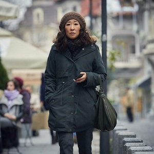 ساندرا اوه در نمایی از سریال تلویزیونی «کشتن ایو» (Killing Eve)