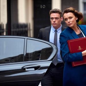 کیلی هاوس و ریچارد مدن در نمایی از سریال «بادیگارد» (Bodyguard)