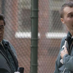 بنیسیو دل تورو و پل دینو در سریال «فرار از دانمورا» (Escape at Dannemora)