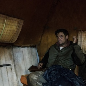 بنیسیو دل تورو در نمایی از سریال «فرار از دانمورا» (Escape at Dannemora)