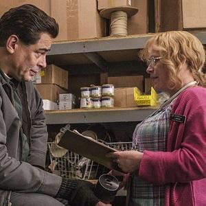 پاتریشا آرکت و بنیسیو دل تورو در نمایی از سریال «فرار از دانمورا» (Escape at Dannemora)