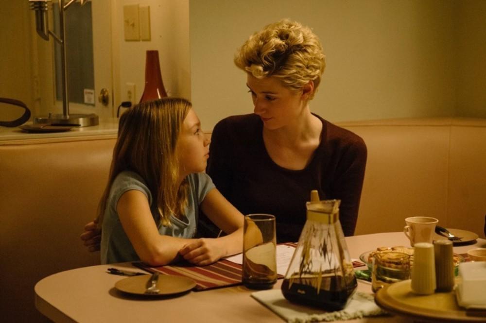 الیزابت دبیکی و ایزابل نلیس در نمایی از فیلم «داستان»