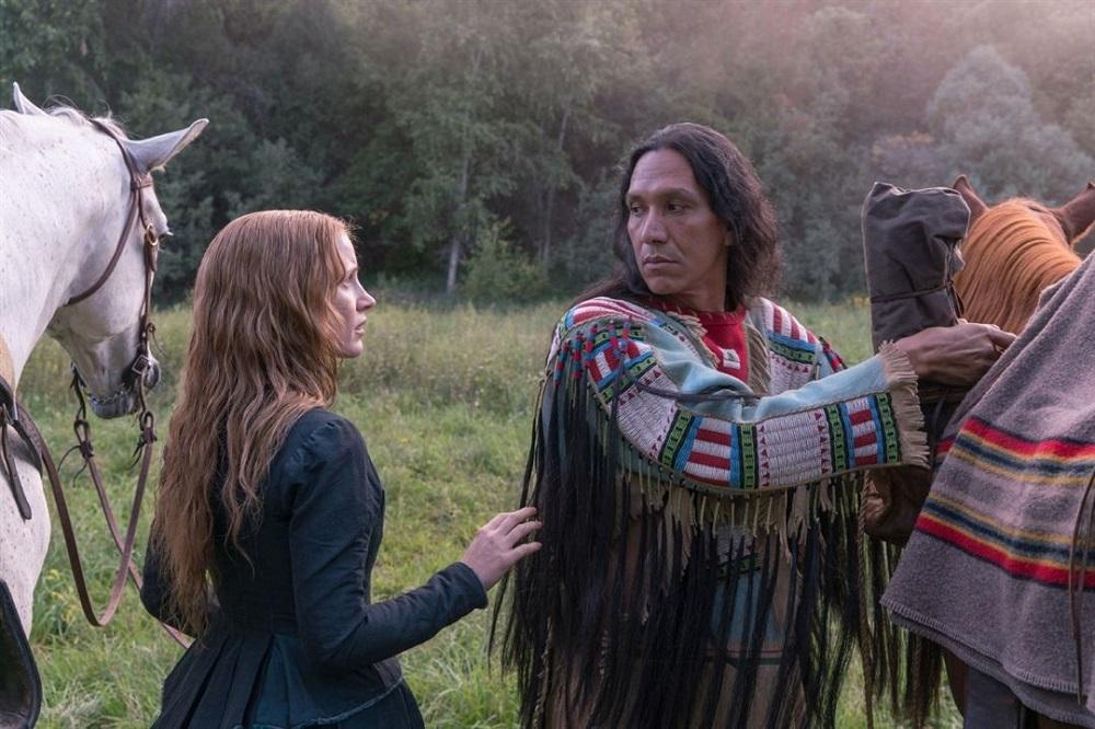 مایکل گری آیز و جسیکا چستین در فیلم سینمایی زن جلو می رود (Woman Walks Ahead)