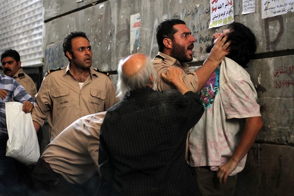 نمایی از فیلم «سد معبر» با بازی محسن کیایی و علیرضا کمالی