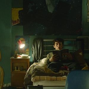 فیون وایتهد در نمایی از سریال «آینه سیاه: باندراسنج» (Black Mirror: Bandersnatch)