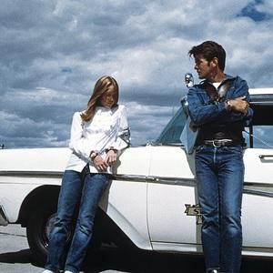 مارتین شین و سیسی اسپیسک در نمایی از فیلم سینمایی «زمین های لم یزرع» (Badlands)