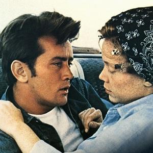 مارتین شین و سیسی اسپیسک در نمایی از فیلم «زمین های لم یزرع» (Badlands)