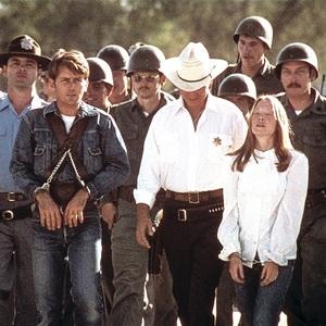 مارتین شین و سیسی اسپیسک در فیلم سینمایی «زمین های لم یزرع» (Badlands)