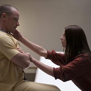 جیمز مک آووی و آنیا تیلور جوی در فیلم سینمایی «گلس» (Glass)