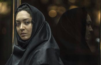 نیکی کریمی در نمایی از فیلم «آذر»
