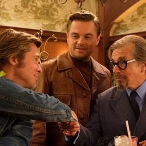 آل پاچینو، برد پیت و لئوناردو دی کاپریو در فیلم سینمایی «روزی روزگاری در هالیوود» (Once Upon a Time in Hollywood)