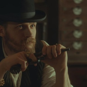 تام هاردی در سریال «پیکی بلایندرز» (Peaky Blinders)