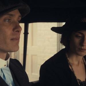 ناتاشا اوکیف و کیلین مورفی در نمایی از سریال «پیکی بلایندرز» (Peaky Blinders)