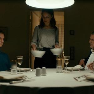 تام شلینگ و سباستین کخ در نمایی از فیلم سینمایی «رویت را برنگردن» (Never Look Away)
