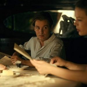 تام شلینگ در نمایی از فیلم سینمایی «رویت را برنگردن» (Never Look Away)
