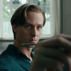 تام شلینگ در فیلم سینمایی «رویت را برنگردن» (Never Look Away)