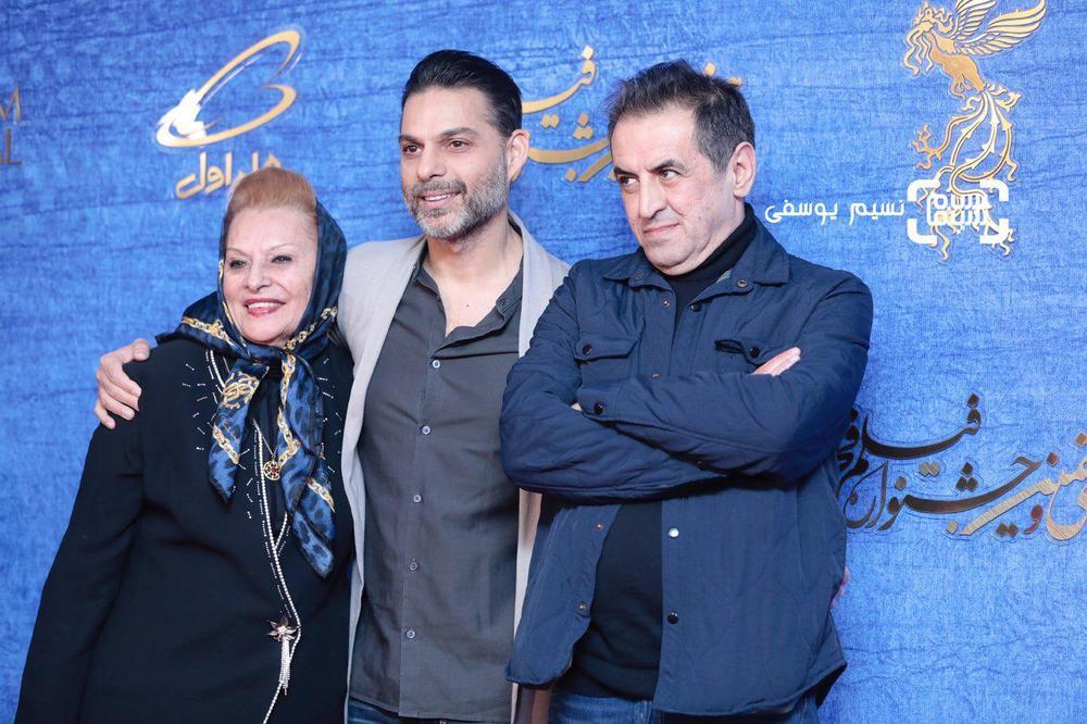 پیمان معادی در کنار مادرش و صفی یزدانیان در اکران فیلم «ناگهان درخت» در جشنواره فجر 37