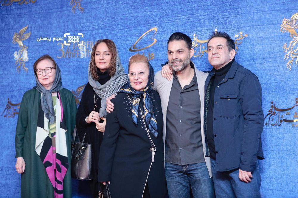 پیمان معادی در کنار مادرش و صفی یزدانیان، مهناز افشار و زهره عباسی در اکران «ناگهان درخت» در جشنواره فجر 37