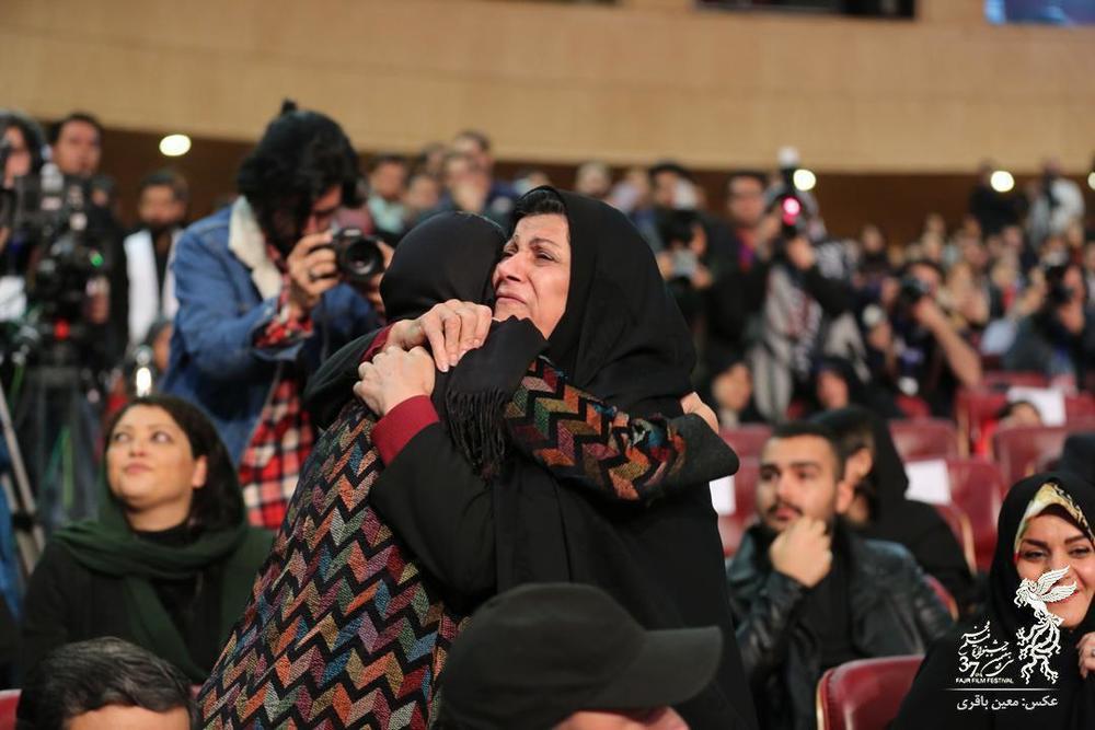 مواجهه مادر شهیدان فائزه و شهاب با الناز شاکردوست در اختتامیه جشنواره فیلم فجر 37