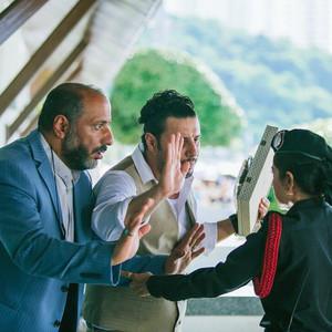 جواد عزتی و امیر جعفری در نمایی از فیلم سینمایی «چهار انگشت»