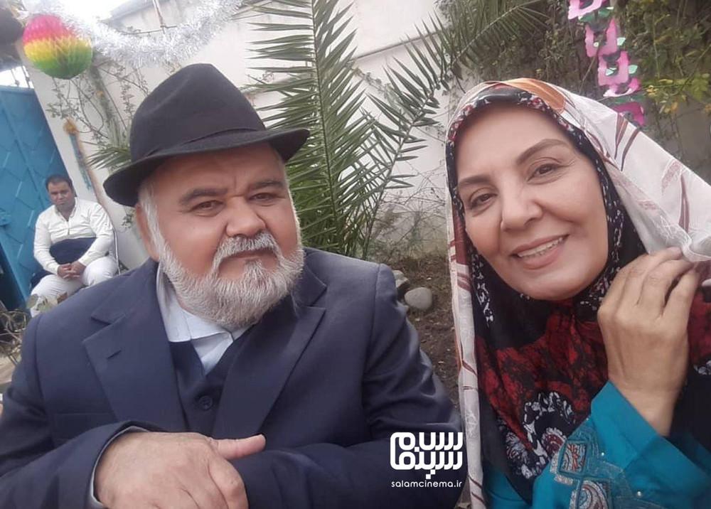 زهره حمیدی و اکبر عبدی در پشت صحنه سریال «شش قهرمان و نصفی»